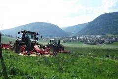 Tracteur 7230R accouplé à la faucheuse combinée Pöttinger