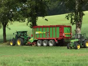 Tracteur 7230R avec autochargeuse Giga Vitesse Strautmann d'une capacité de 95 m3 (foin).